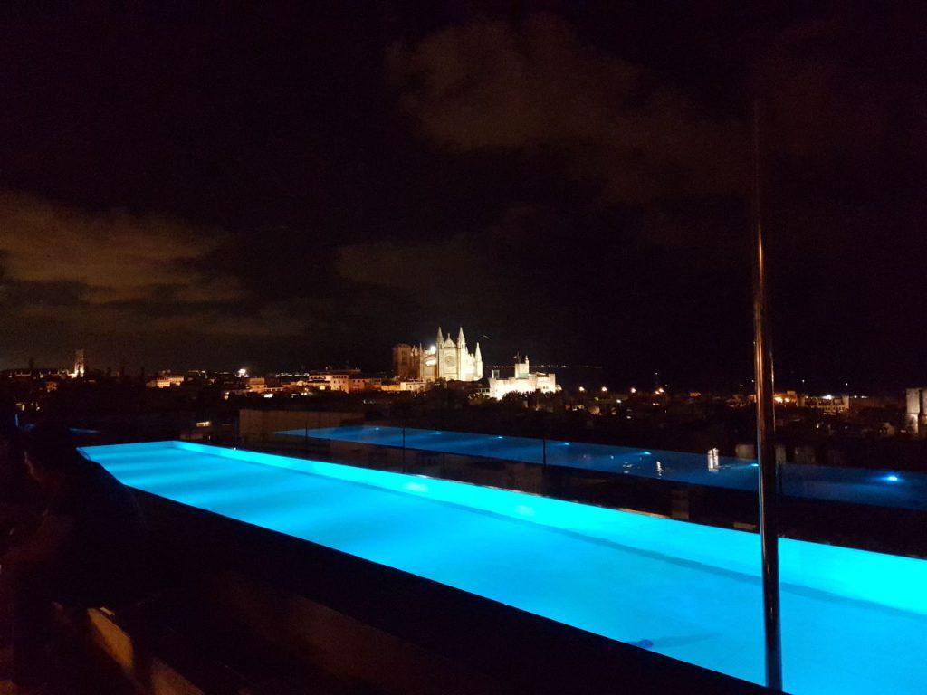 skybar hotel nakar por la noche