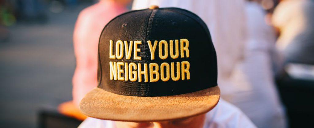Gorra donde pone ama a tus vecinos